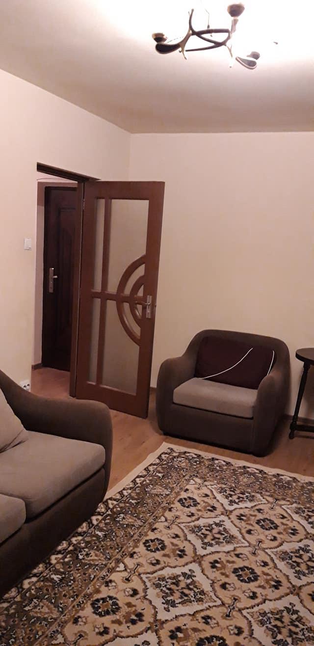 Închiriez cameră într-un apartament cu trei camere