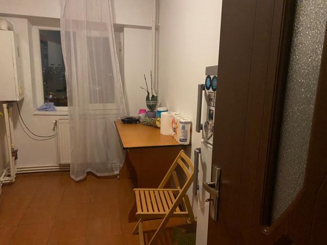 Camera de închiriat Crangasi metrou in apartament decomandat, cu centrala termica proprie
