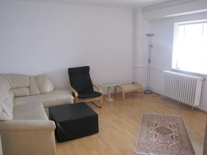 Camera de inchiriat intr-un apartament cu 3 camere, living la comun