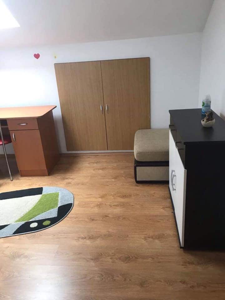 Se închiriază o cameră într-un apartament cu trei camere
