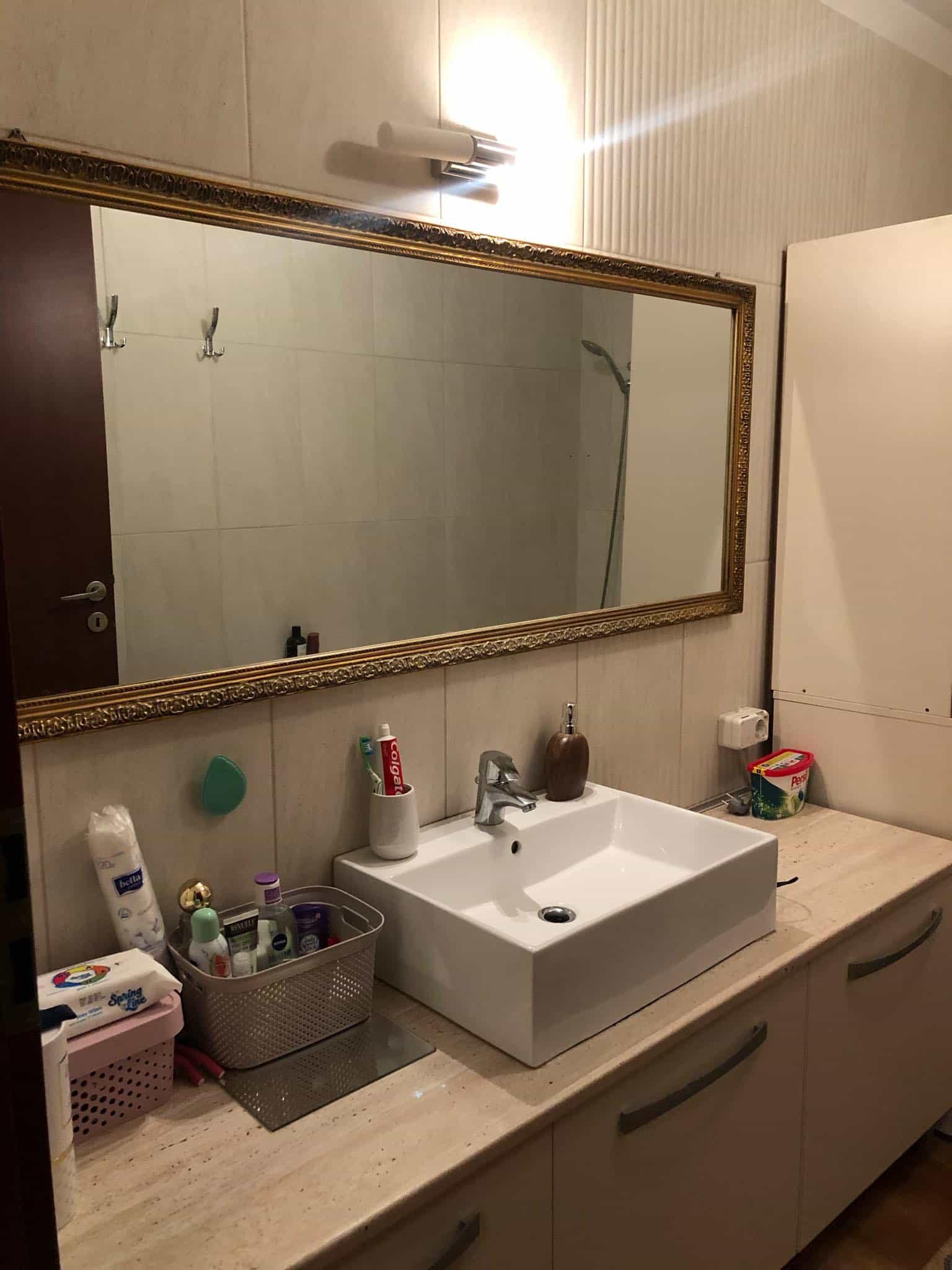 Se elibereaza o camera intr-un apartament semidecomandat